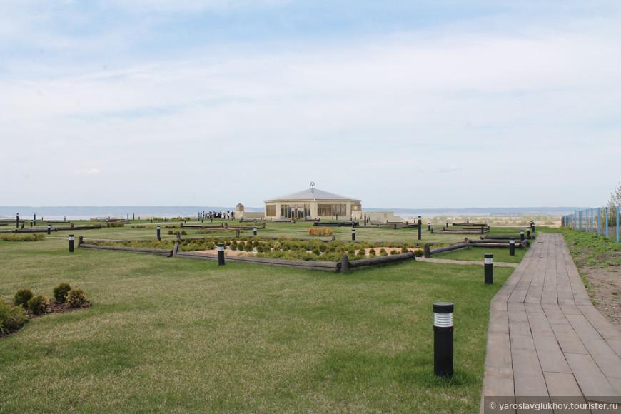 Сквер перед музеем Булгарской цивилизации и портом.