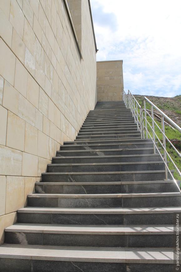 По таким вот лестницам можно спуститься вниз, к Волге.