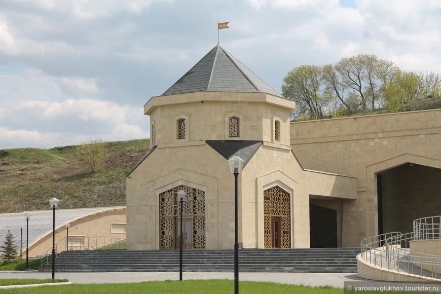 Правое крыло здания. Оно нам напомнило армянский храм.