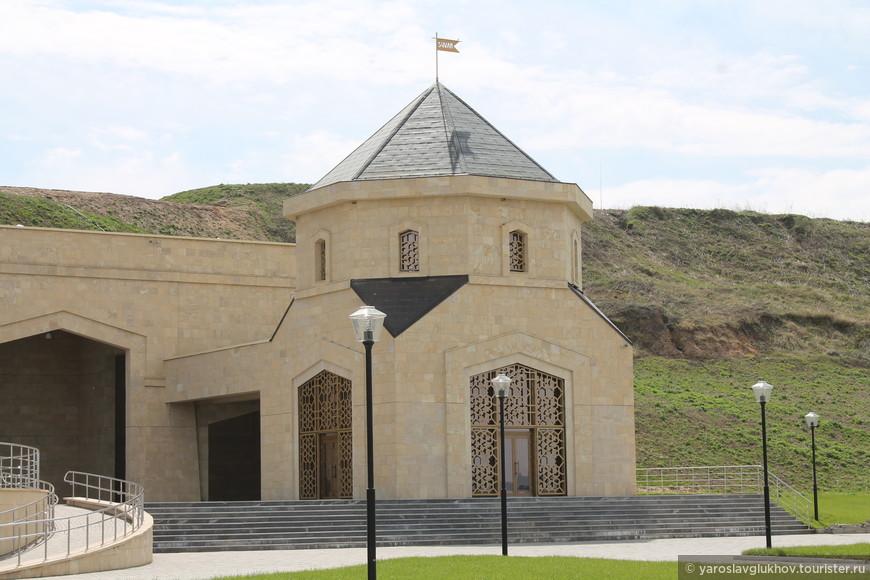 Левое крыло здания. Оно нам напомнило армянский храм.