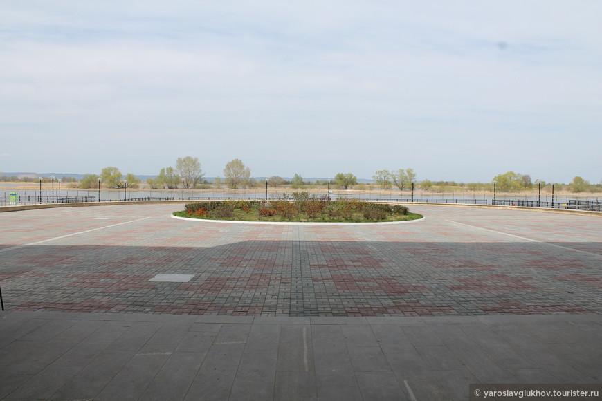 Площадь перед речным вокзалом.