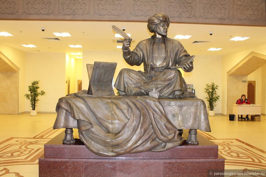 Памятник Кул Гали (1183—1236) — булгарскому поэту, выдающемуся представителю средневековой волжско-булгарской литературы, предположительно погибшего во время монгольского нашествия XIII века. Настоящее имя — Мухаммад-хаджи Гали ибн Мирхуджа. Его наиболее известное произведение — «Кыйсса-и Йосыф», то есть «Сказание о Иусуфе».