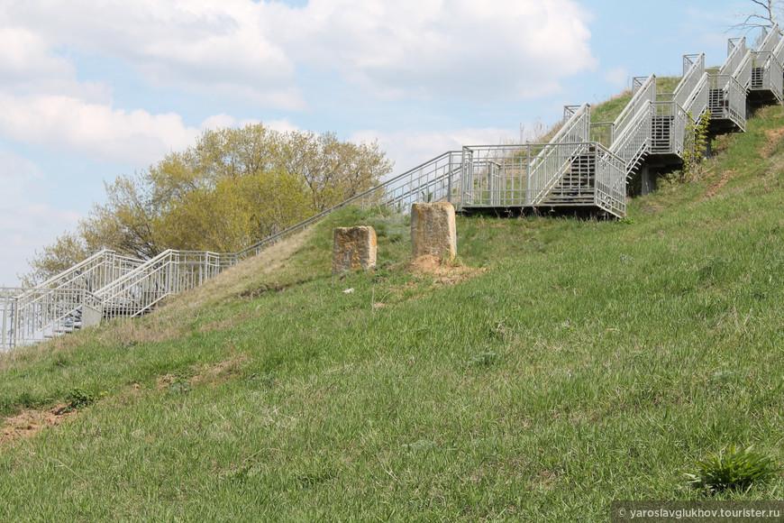 Старинные камни и лестница к Городищу.