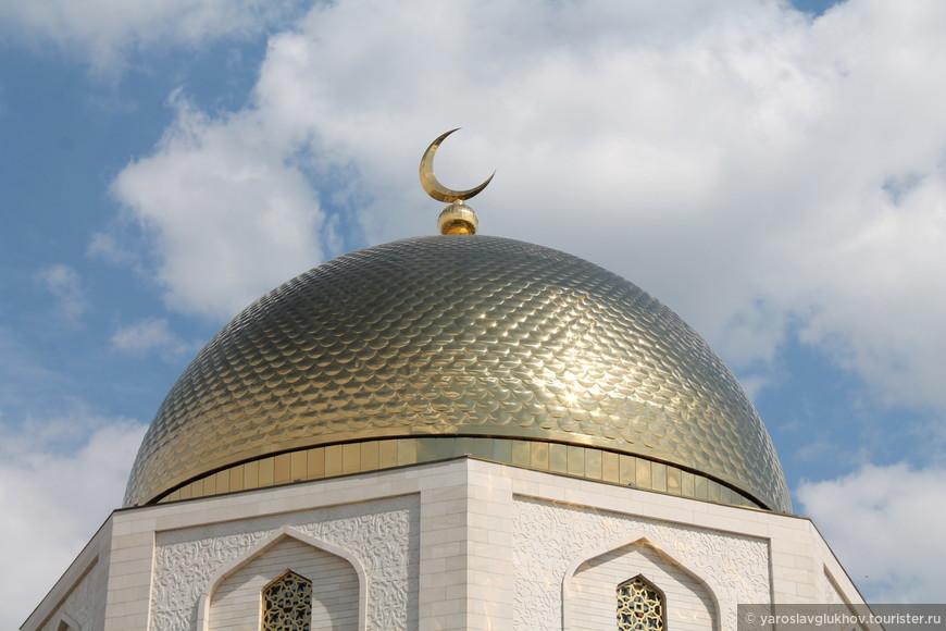 Золотой купол памятного знака.