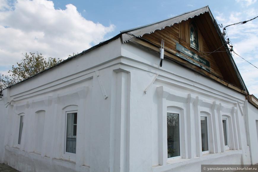 Возле этого здания расположен вход в Городище.