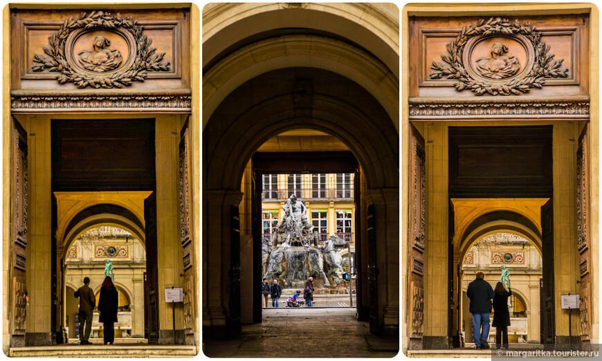 Построенный в 1660 году на месте небольшой пирамиды Дворец Святого Петра (Palais Saint Pierre-ныне Музей Изящный Искусств) впечаляет своим огромным фасадом и деревянной дверью с резной статуей склонившей голову женщины. Большое пятиэтажное здание, закрывающее западную часть площади, находится напротив мерии и гармонично дополняет её своей большой деревянной дверью, окруженной кладкой из розового камня.