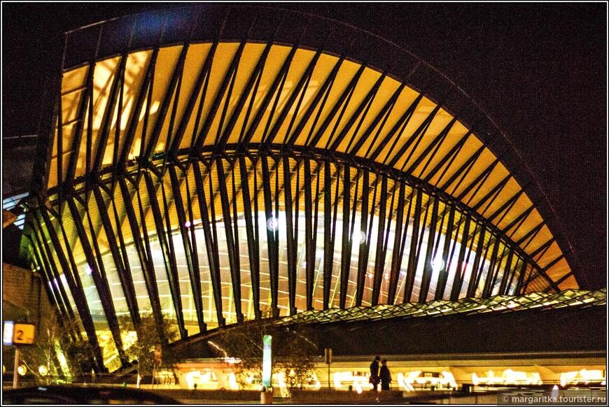 аэропорт Лиона ночью