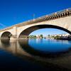 В близи города Лейк-Хавасу-Сити в Аризоне Вы увидите настоящий Лондонский мост, демонтированный в 1971 году, перевезенный в Аризону из Лондона и заново собранный на реке Колорадо