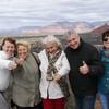Группа туристов на фоне Седоны