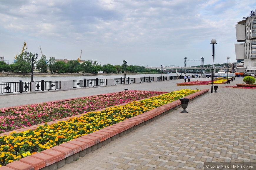 16. Вообще набережная очень насыщенная, много все: и статуи, и цветы, и лавочки, и речной вокзал. Людей по вечерам, наверно, очень много.