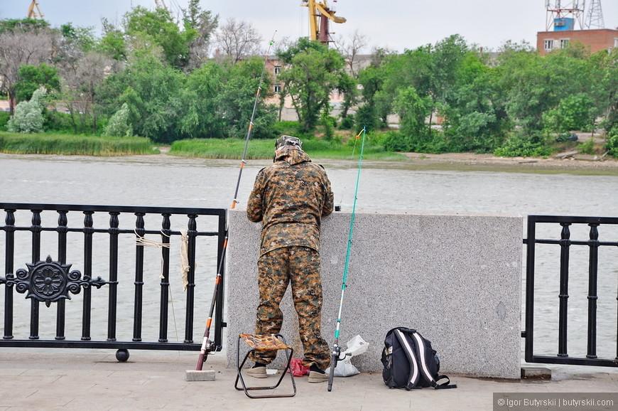22. Кстати очень показательно, что есть рыбаки, говорит о том, что не боятся есть рыбу из реки, а это здорово. С нашей экологией в городах такое встретишь не часто.