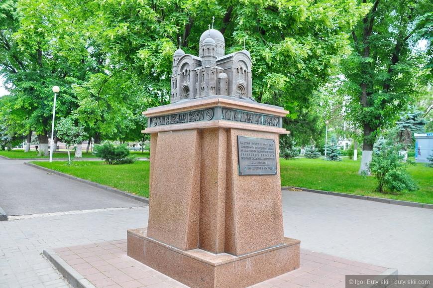 25. В центре стоит миниатюра Храма Александра Невского. Никогда не видел таких.