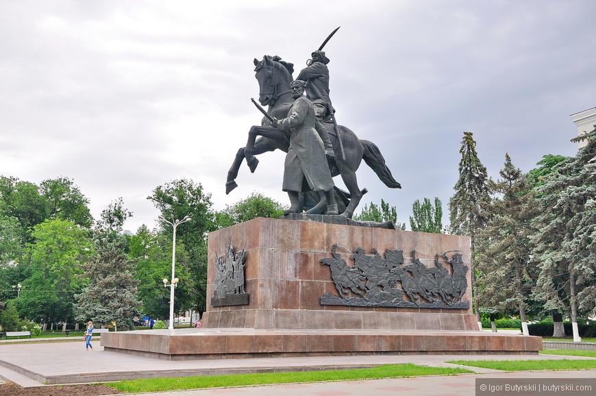 26. В Ростове какое-то невероятное количество памятников и скульптур, можно весь день уделить только им.