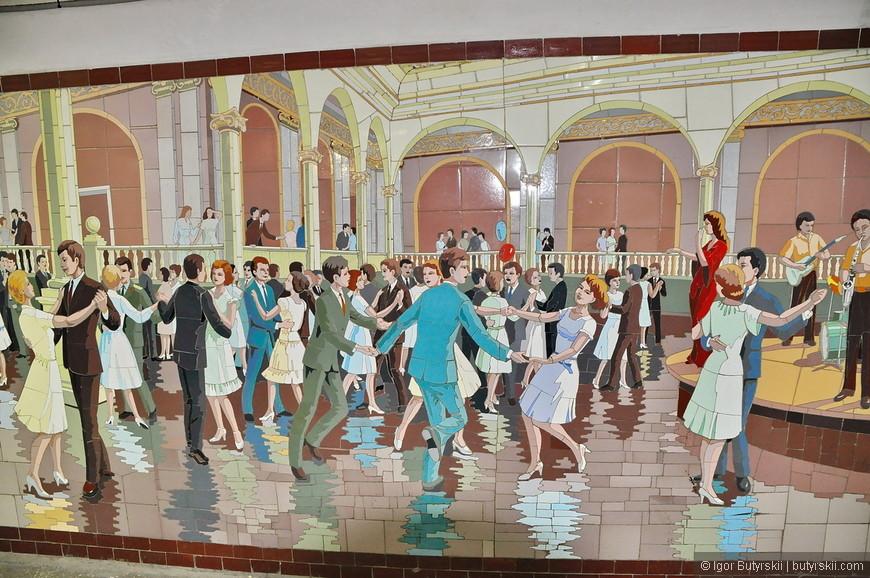 28. В подземном переходе, в том самом, где обычно бомжы, алкаши и музыканты оказалась такая чудесная мозайка, посмотрите, какие кусочки, какая детализация – класс!