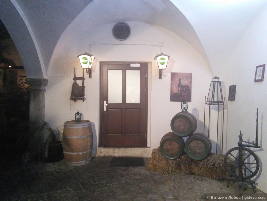 """В Граце и Штирии пьют вино и пиво. Самое известное - """"Гессер"""". В уютных погребках-ресторанчиках предлагают штирийскую кухню."""