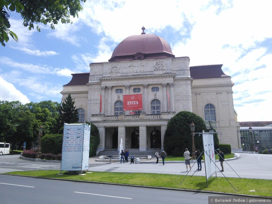 Здание Оперы. Архитекторы Фельнер и Гельмер. Известны, как архитекторы венского Фолькстеатра и Одесской Оперы