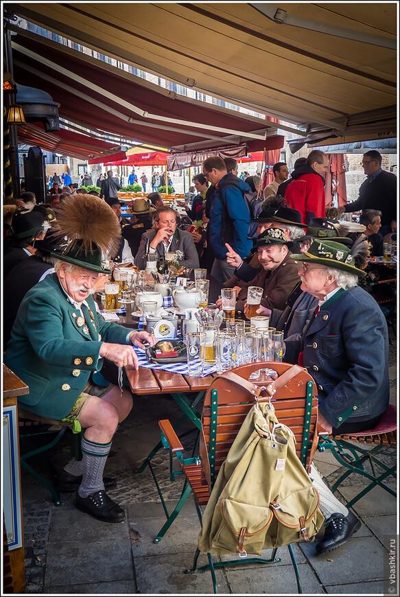 Баварцы с напитками.
