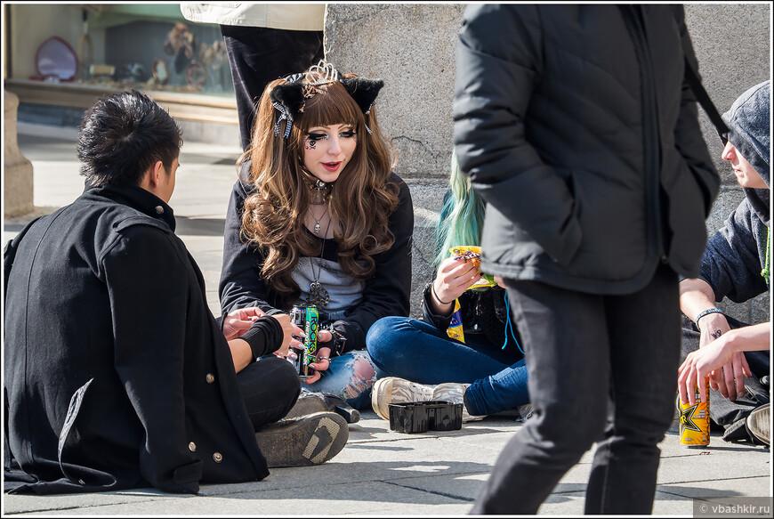 Молодые баварцы с напитками.
