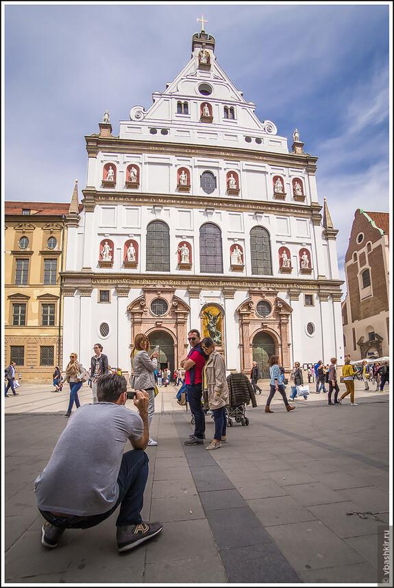 Фото на фоне церкви Св. Михаила!