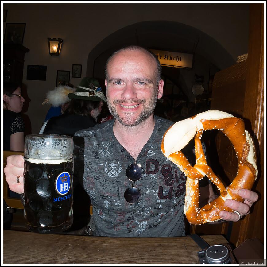 Литр темного пива и брецель! Что еще нужно для счастья?! )) В Хофбройхаусе.