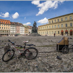 Площадь Макса Йозефа. С памятником ему же. И велосипедами (не его).