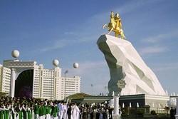 В Туркменистане появилась новая достопримечательность – золотой памятник президенту