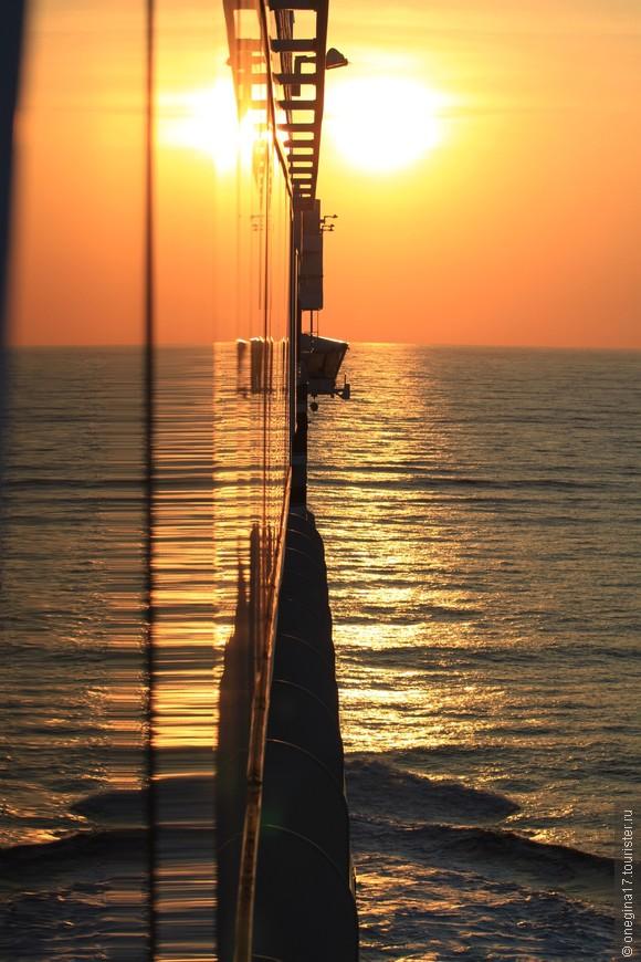 Корабль любил погреть свои крутые бока в солнечных лучах. Он поворачивался то одним, то другим бортом ,и солнечные зайчики скакали по палубам, окнам, воде бассейнов и убегали в океан.