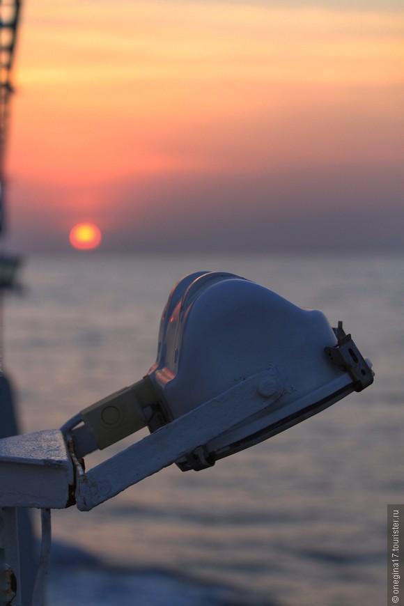Каждый вечер корабль показывал маленькое чудо. Диск солнца, раскалееный и уставший за день, тихо скользил в океан, сжимаясь в размерах и неспешно остывая. Солнце касалось ламп, освещающих корабль в ночи, сжималось в точку и в этот момент включались все фонари, словно зажженные этим закатным солнцем. Фотоаппарат отказался зафиксировать это чудо. Осталась только память...