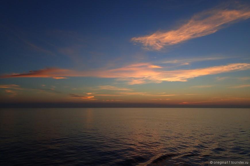 Самый фантастический рассвет! Небо творило чудеса, меняя краски каждую минуту. Все исчезло, словно и не было, как только солнце взошло...