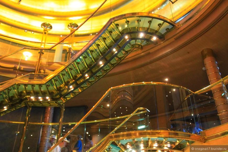 Внутри корабль похож на дворец. Золото, зеркала, цветы, дерево, ковры.. И ты, вся такая красивая, отражаешься во всем этом блеске!