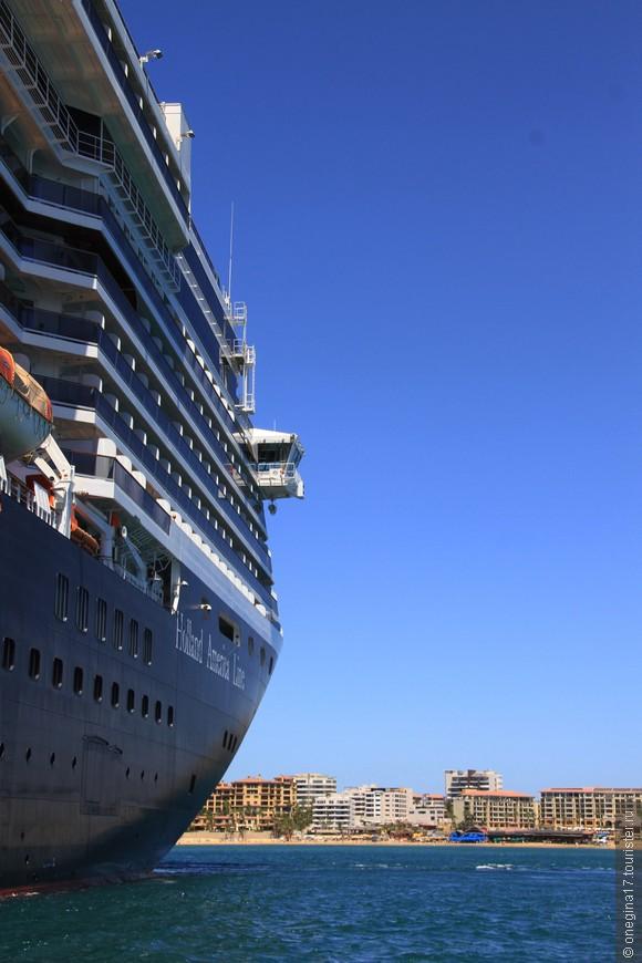Когда стоишь рядом с кораблем, понимаешь, что ты букашка. Когда оплываешь его на лодке, понимаешь, что на таком корабле тебе ничего не страшно!