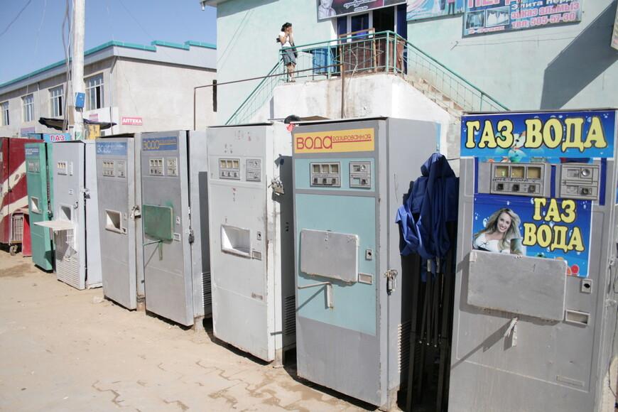 Заброшенные автоматы словно напоминают о былом масштабе города. Кстати, где это эти автоматы еще остались в работе :)