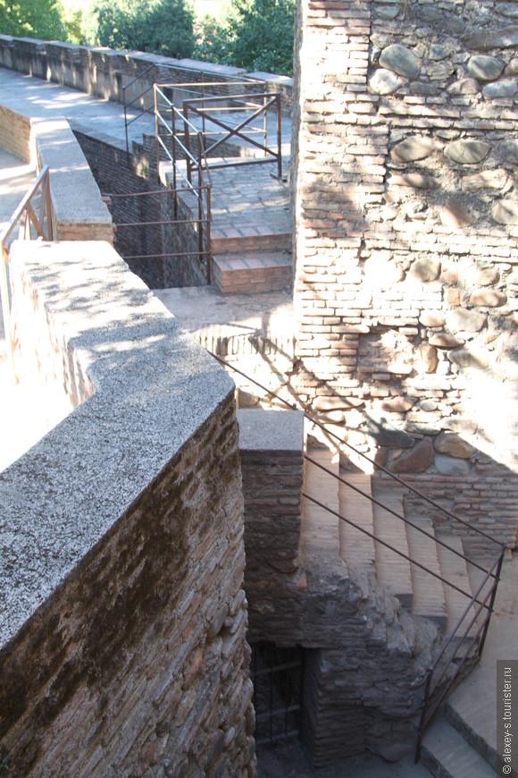 Стены, окружающие Альгамбру, двойные - при штурме, взяв первую, необходимо будет потом еще преодолевать ров и штурмовать вторую стену.