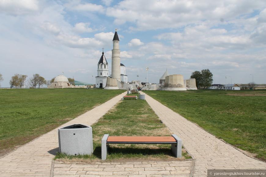 При входе в Городище сразу же видны основные достопримечательности. Справа налево: Северный мавзолей, Ханский дворец, Успенская церковь, Большой минарет, Соборная мечеть и Восточный мавзолей.