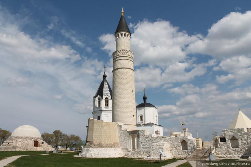 Северный мавзолей, Успенская церковь, Большой минарет, Соборная мечеть и Восточный мавзолей.