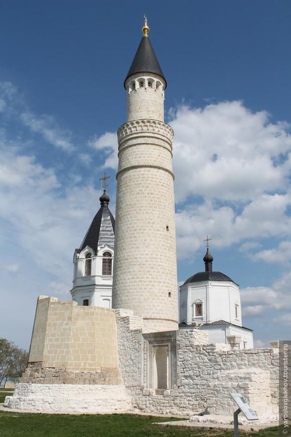 Большой минарет был построен в XIII веке, его высота составляет 24 метра, а наверх ведут 72 ступени, к сожалению, вход закрыт.