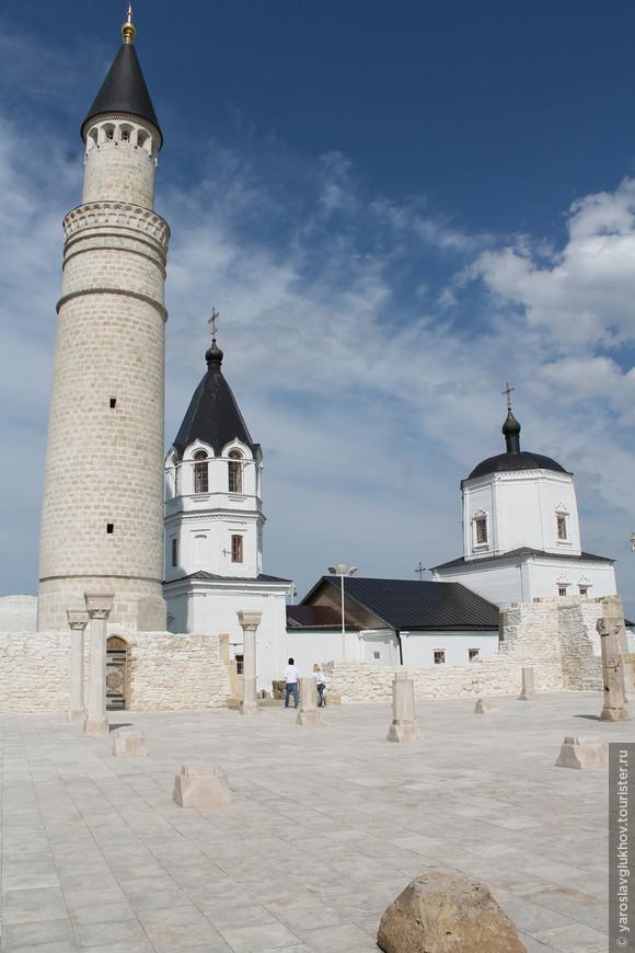 Болгар — очень контрастное место: здесь бок о бок существуют Православный храм и Мусульманский минарет.