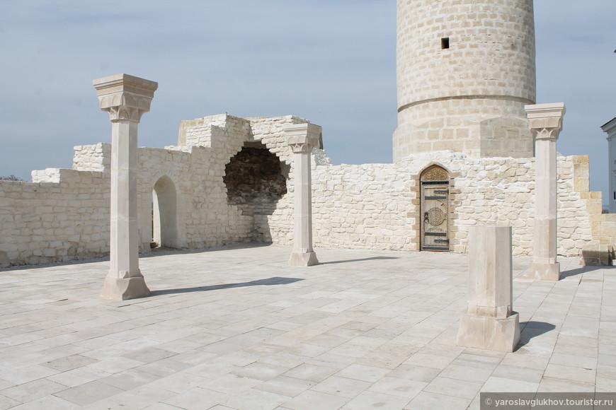 Соборная мечеть, как и Большой минарет, была построена в XIII веке. Изначально мечеть имела прямоугольную форму 32x34 метра.