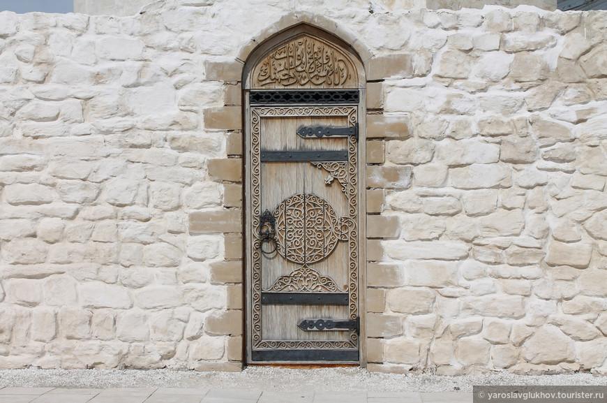 Очень красивая резная дверь внутри Соборной мечети.