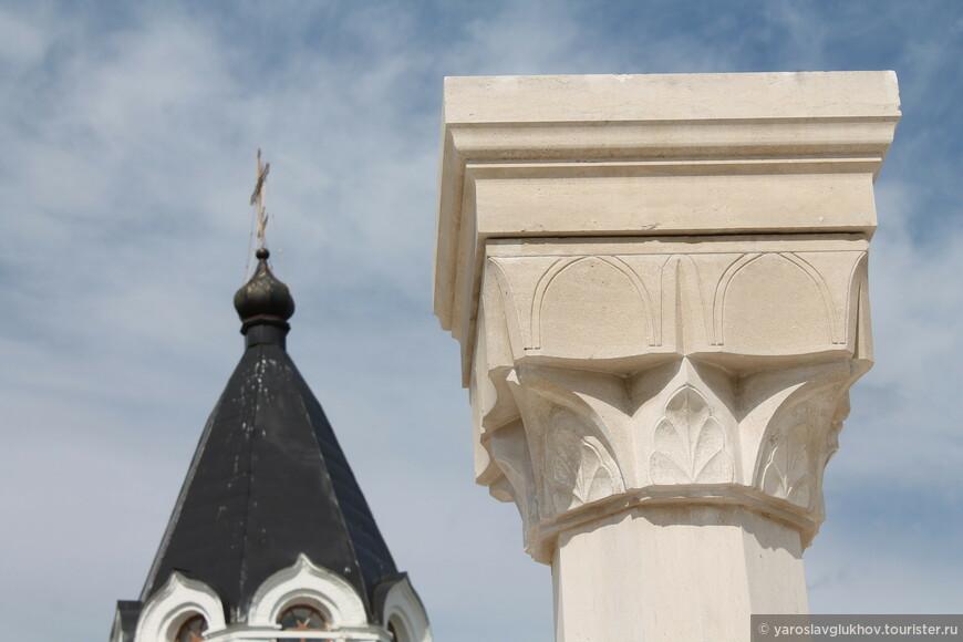 Верхушка одной из колонн, раньше поддерживающих крышу мечети.