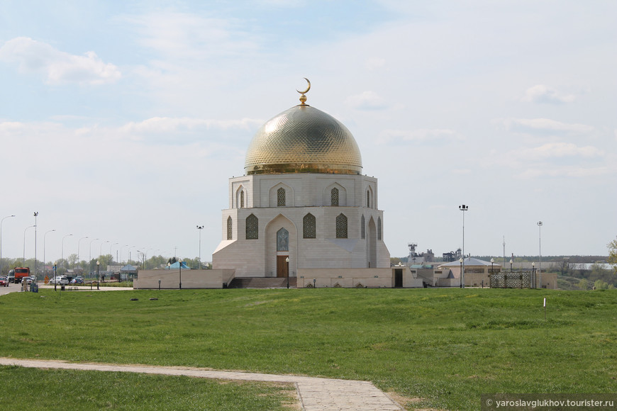"""От Большого Городища совсем недалеко находится и современная постройка — Памятный знак """"Принятие Ислама"""". Эта современная достопримечательность была открыта в 2012 году в честь добровольного принятия Ислама Волжской Булгарией в 922 году, в качестве государственной религии."""