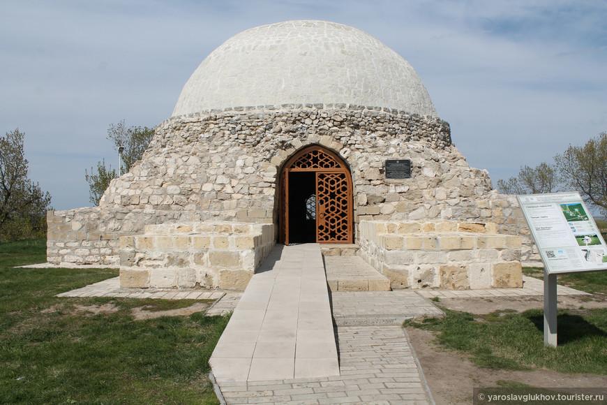 Северный мавзолей был построен в XIV веке. На данный момент мавзолей восстановлен, так как от первоначального здания сохранились только лишь прямоугольное основание и немного внутренней облицовки.