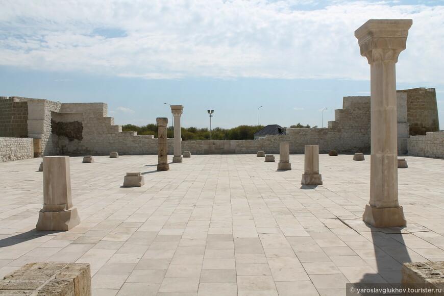 В Соборной мечети располагаются 36 восьмигранных колонн.