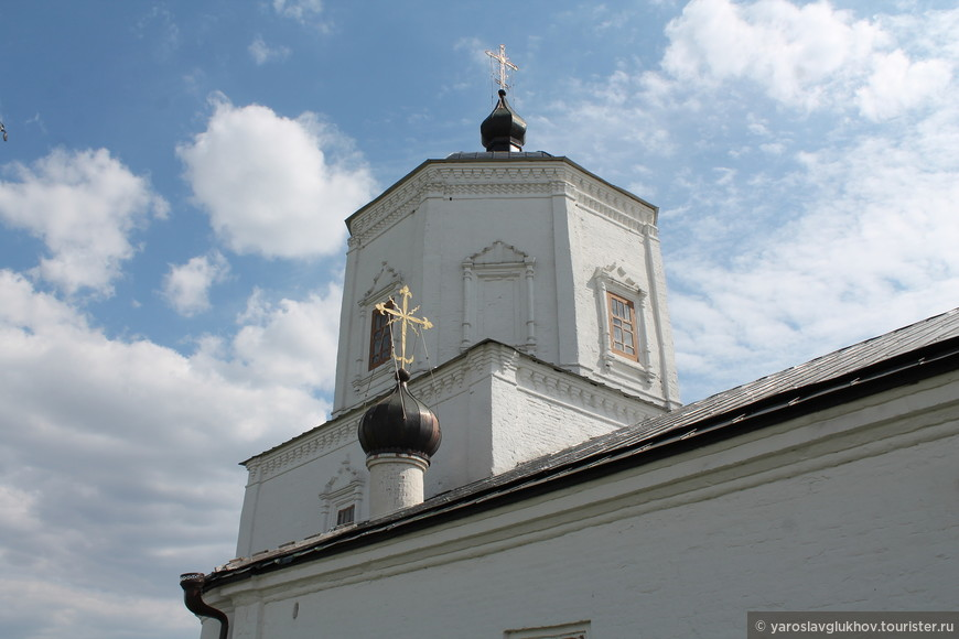 В XIX веке Церковь Успенья перестает быть монастырской и становится приходской, храм обретает колокольню, изображённую на общей фотографии церкви.