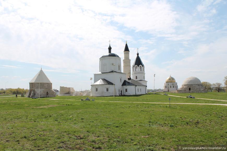 """Вид на комплекс Болгарского Городища. Слева направо: Восточный мавзолей, Соборная мечеть, Успенская церковь, Памятный знак """"Принятие Ислама"""" и Северный мавзолей."""