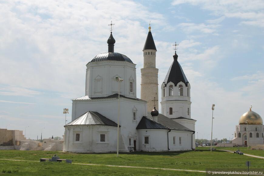 Одно из самых необычных соседств: минарет и церковь.