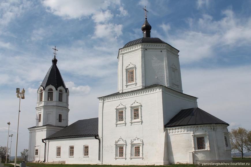 Церковь Успения Пресвятой Богородицы была построена в 1732—1734 гг. Сейчас здание используется как музей. Успенская церковь — самая контрастная постройка Городища.
