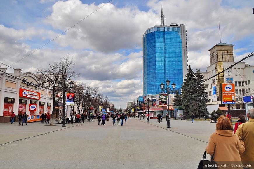 04. Одно из самых противоречивых зданий улицы – бизнес центр «Челябинск-Сити» (какое редкое название). Здание высотой в 111 метров сильно изменило облик купеческой улицы.