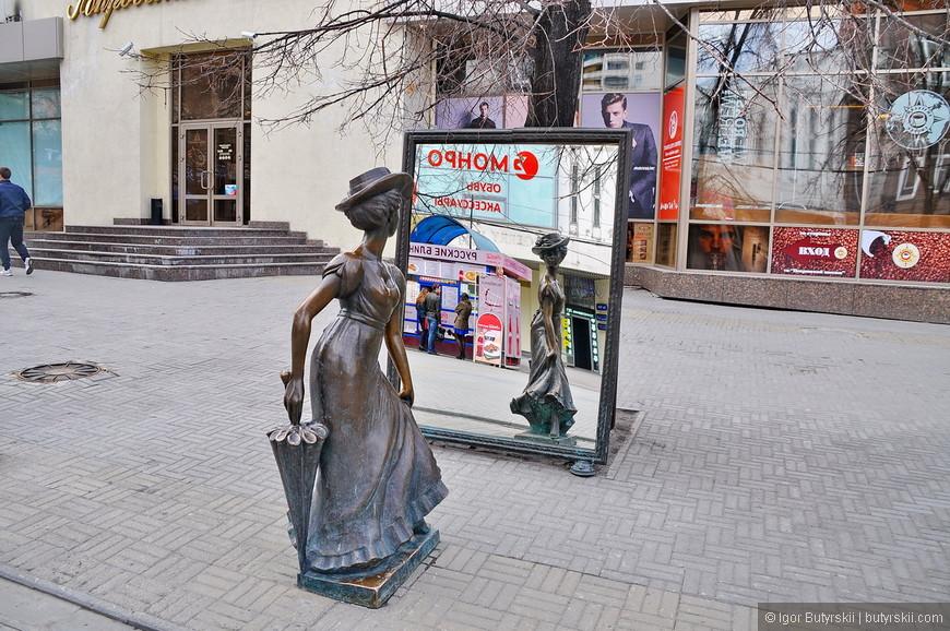 08. Многие статуи тематические и сопоставлены месту. Вот, например, дама перед зеркалом возле магазина одежды.