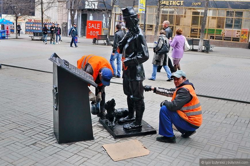 10. Статуи готовят к сезону, хотя как по мне – лучше оставлять не крашенными, когда люди протирают части до блеска.